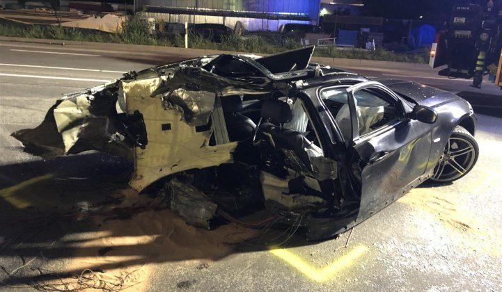 Völlig zerstörter BMW auf der B9