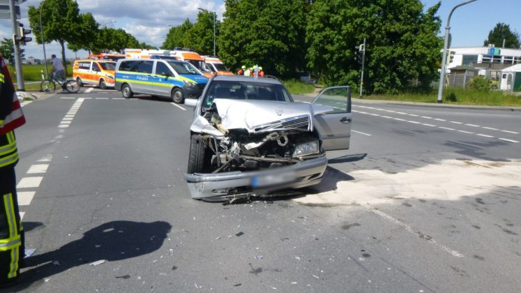 Mercedes in Silber nach Unfall in Rüsselsheim