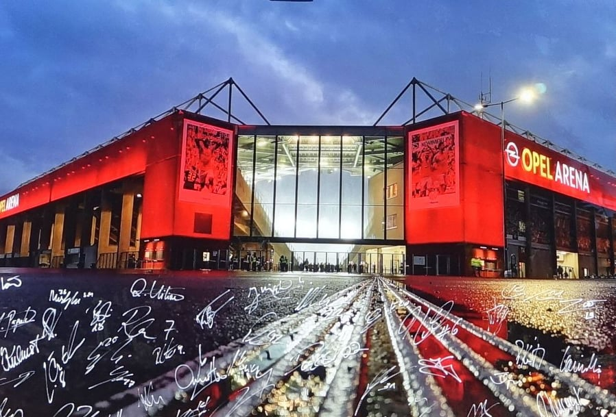 Opel-Arena mit Unterschriften des 1. FSV Mainz 05