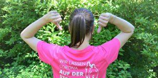 """Diakoniemitarbeiterin mit diesjährigem Laufshirt und Motto: """"Wir lassen Corona auf der Strecke""""."""