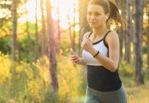 Eine Frau joggt im Wald